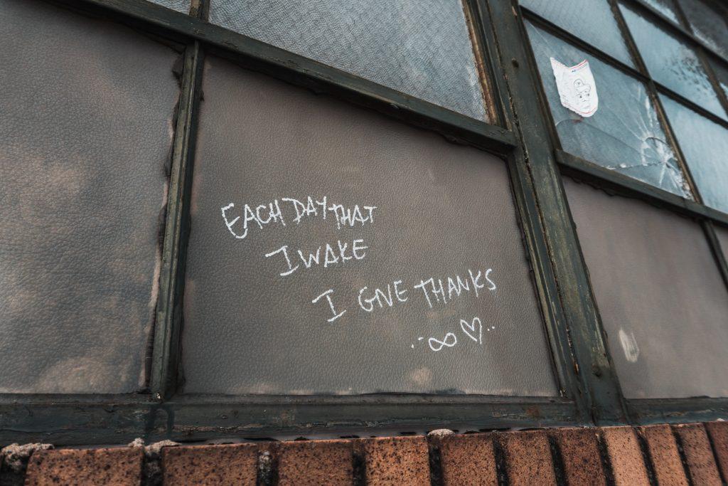 Ein Bild, das Text, Gebäude, draußen enthält.  Automatisch generierte Beschreibung